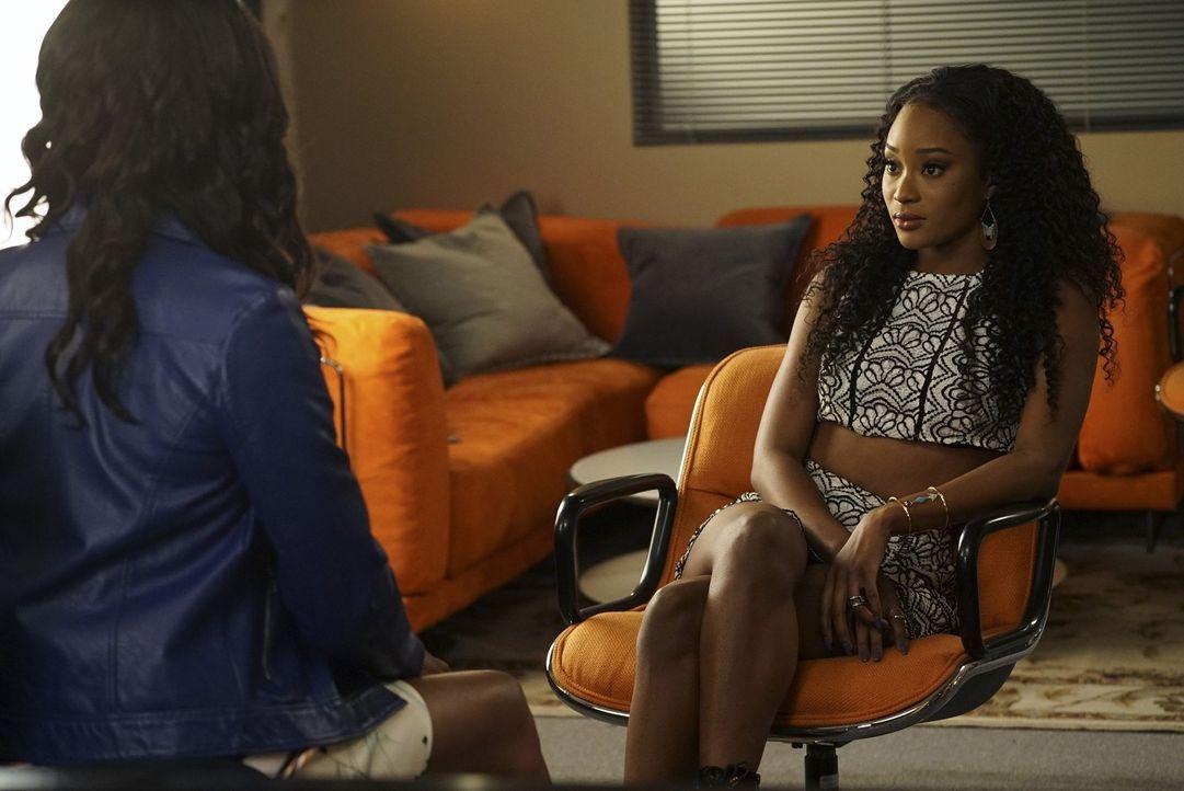 Als Tangey (Pepi Sonuga, r.) ihrer Mutter gesteht, dass es zwischen Jordan und ihr noch immer nicht vorbei ist, weiht Ida (Vanessa Williams, l.) sie... - Bildquelle: Warner Bros.