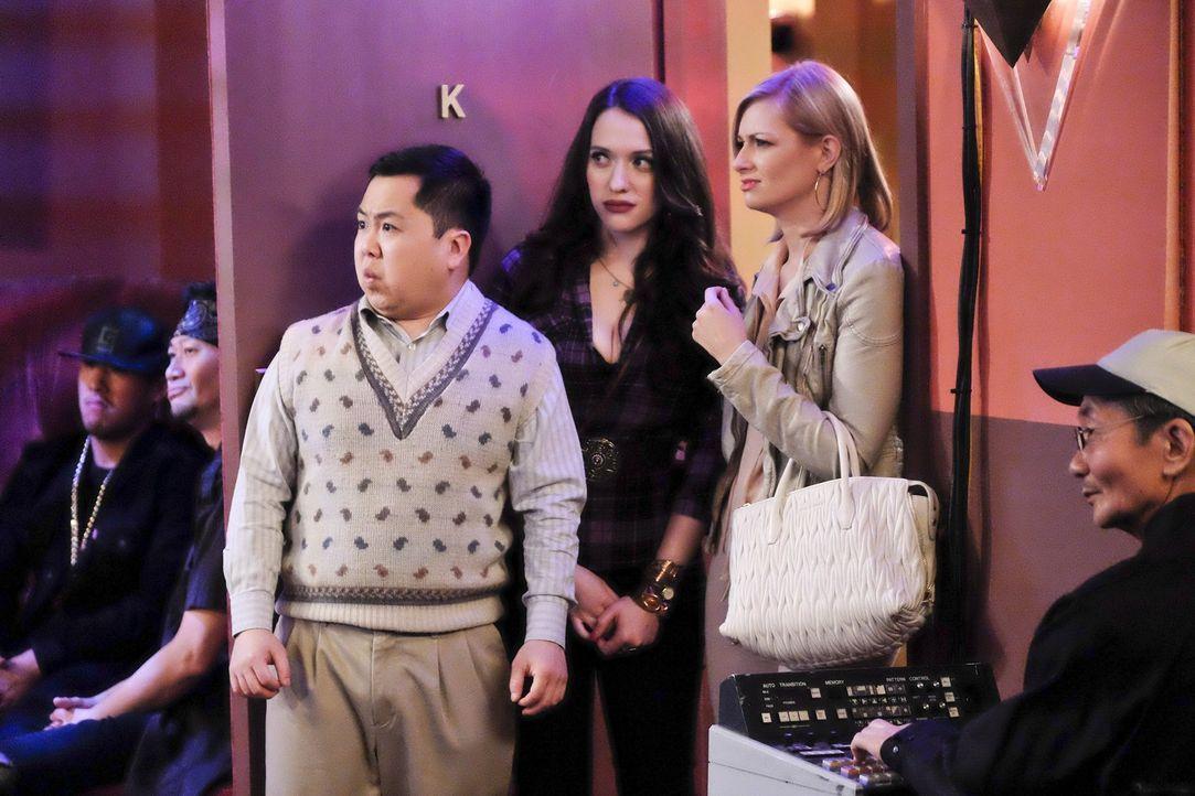 Max (Kat Dennings, M.) und Caroline (Beth Behrs, 2.v.r.) können nicht glauben, dass Han (Matthew Moy, 3.v.l.) wegen seiner Wetten beim Frauentennis... - Bildquelle: 2016 Warner Brothers