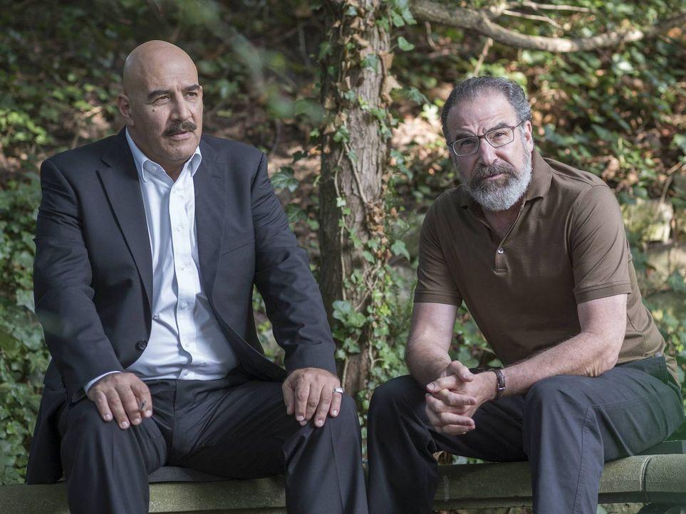 Saul (Mandy Patinkin, r.) und Alison leiten eine neue Operation an, bei der der syrische General Youssef (Igal Naor, l.) davon überzeugt werden soll... - Bildquelle: Stephan Rabold 2015 Showtime Networks, Inc., a CBS Company. All rights reserved.