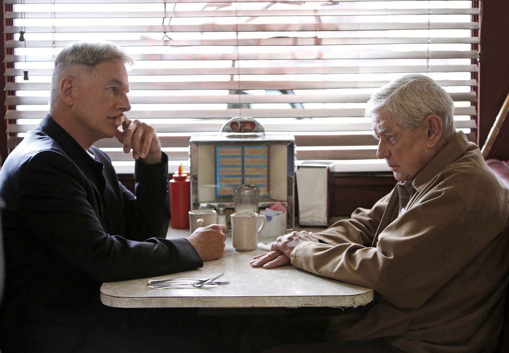 Während der Ermittlungen in einem neuen Fall wird Gibbs (Mark Harmon, l.) von seinem Vater (Ralph Waite, r.) bedrängt, ihn zu einem alten Freund aus... - Bildquelle: CBS Television