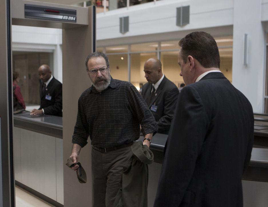 Während Carrie in der Gewalt von Abu Nazir ist, sind Sauls (Mandy Patinkin, vorne l.) Nachforschungen über Peter Quinn Estes und dem FBI ein Dorn... - Bildquelle: 20th Century Fox International Television