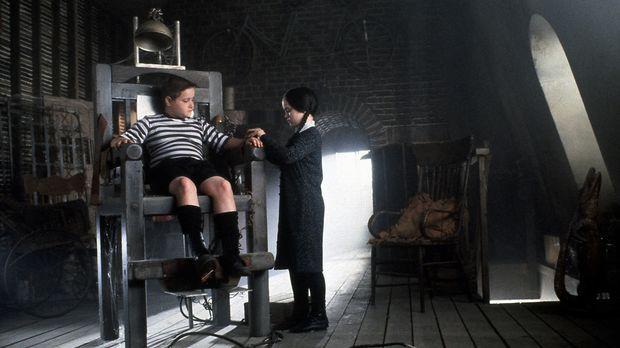 Die Kinder der Addams Family, Pugsley (Jimmy Workman, l.) und Wednesday (Chri...