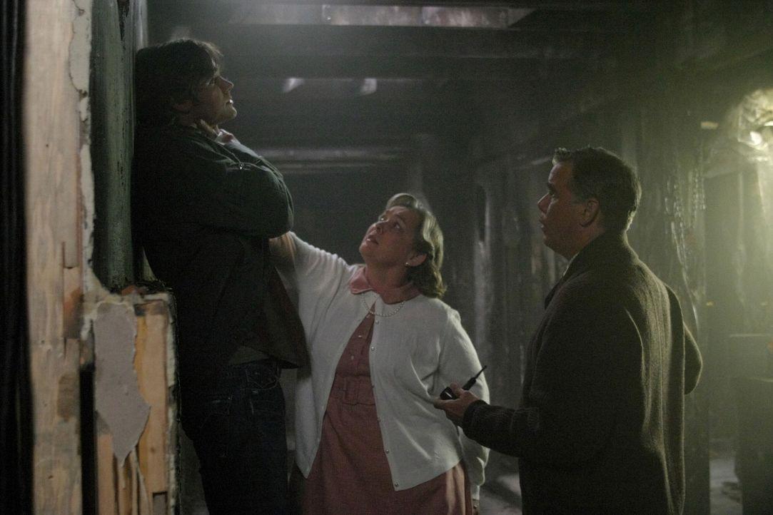 Bei der Untersuchung der geheimnisvollen Mordserie machen Dean und Sam (Jared Padalecki, l.) Bekanntschaft mit Marge (Merrilyn Gann, M.) und Edward... - Bildquelle: Warner Bros. Television
