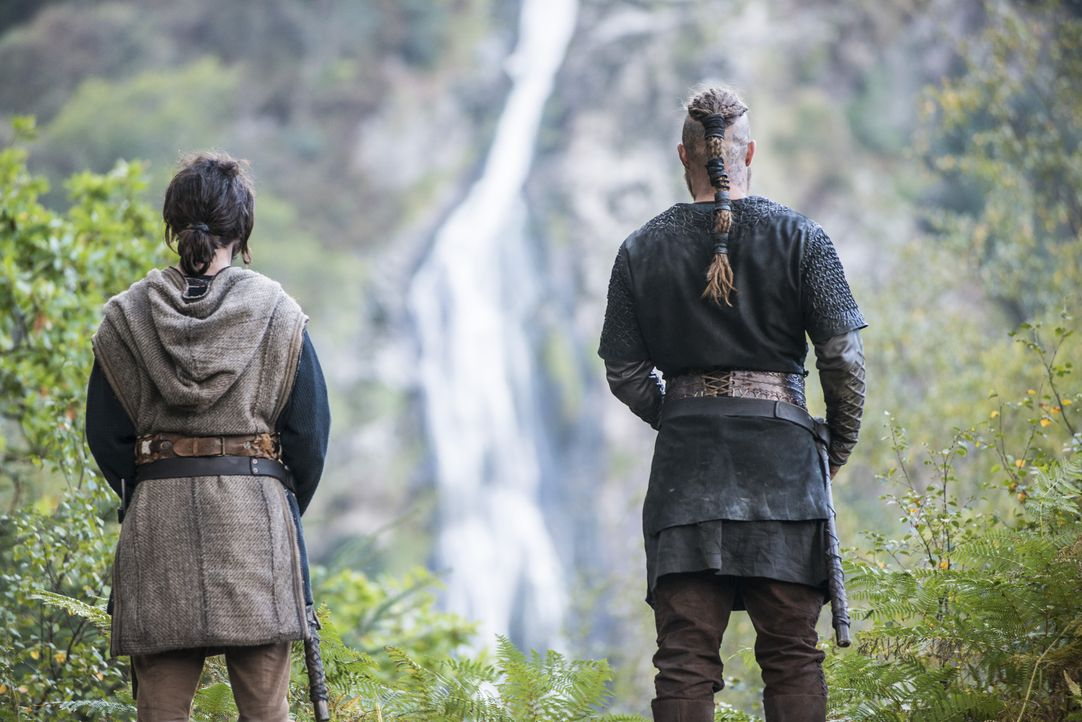 Können sie König Horik aufhalten, bevor sie ihr eigenes Leben lassen müssen? Athelstan (George Blagden, l.) und Ragnar (Travis Fimmel, r.) ahnen noc... - Bildquelle: 2014 TM TELEVISION PRODUCTIONS LIMITED/T5 VIKINGS PRODUCTIONS INC. ALL RIGHTS RESERVED.