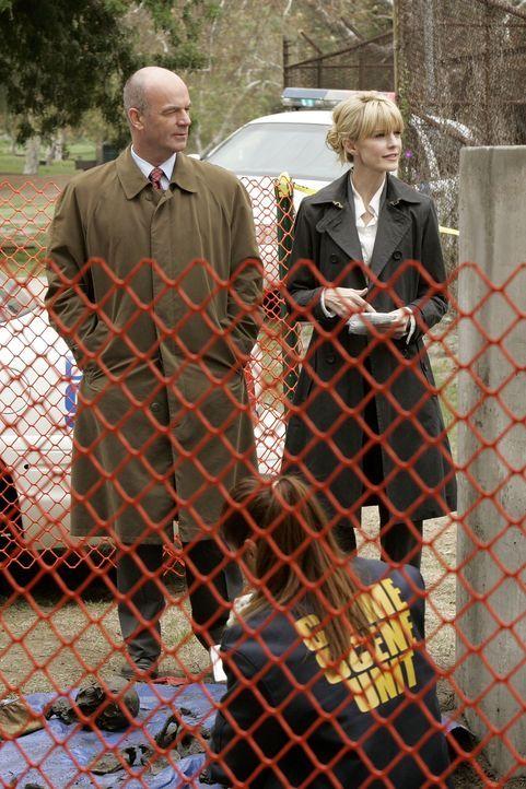 Rollen einen Fall aus dem Jahre 1938 wieder auf: Lilly Rush (Kathryn Morris, r.) und John Stillman (John Finn, l.) ... - Bildquelle: Warner Bros. Television