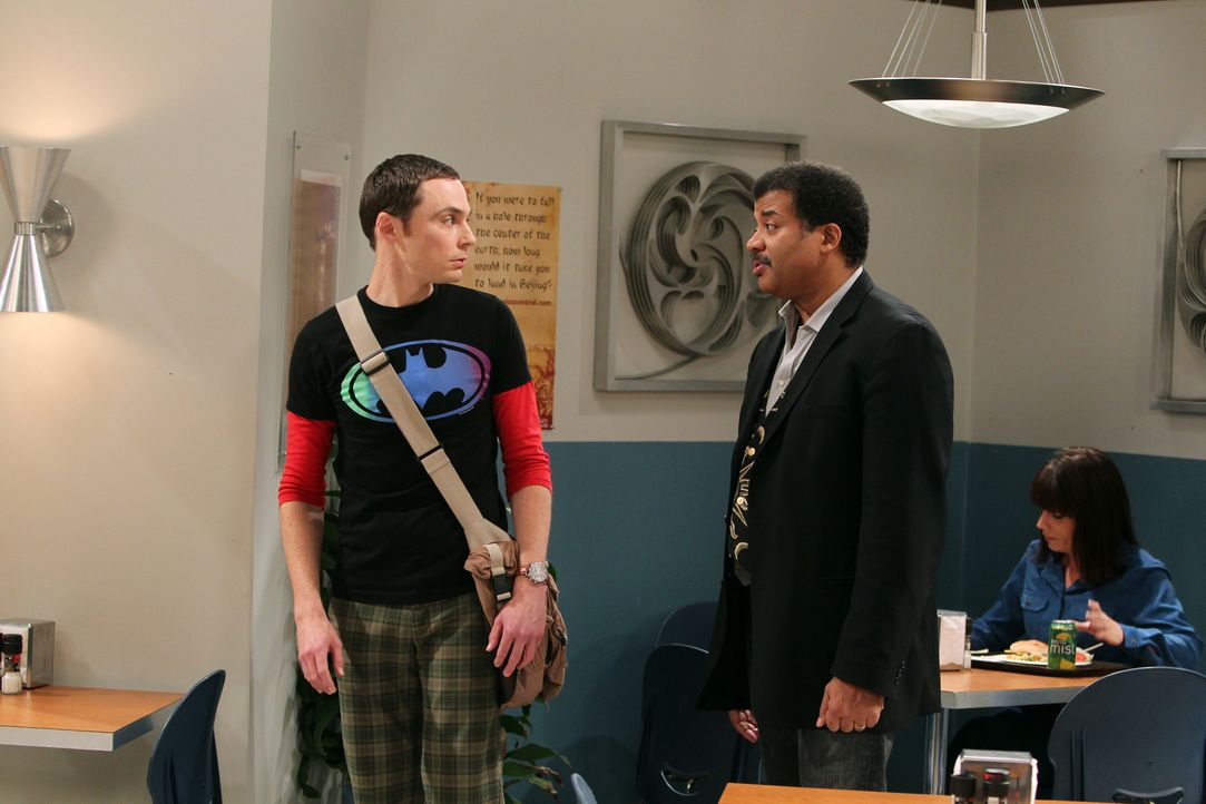 Nach seinem Fehler versucht Sheldon (Jim Parsons, l.) alles, damit Howard doch noch an einem Satellitenprojekt des Verteidigungsministeriums mitarbe... - Bildquelle: Warner Bros. Television