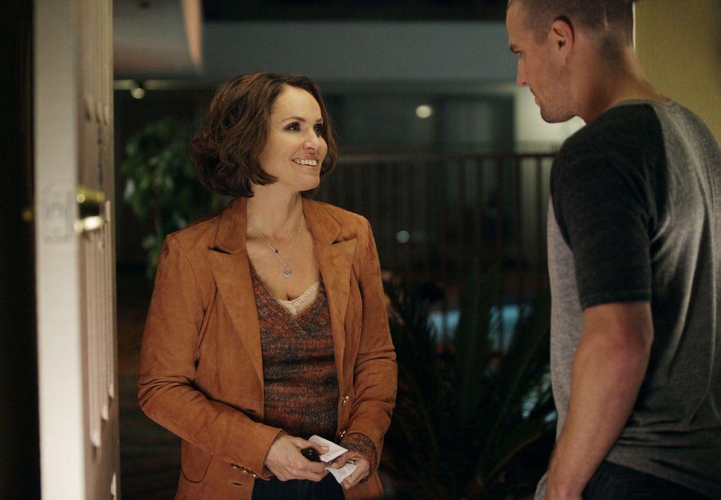 Scott (Stephen Amell, r.) möchte die Beziehung zu Violet (Amy Brenneman, l.) vertiefen - doch wird sie auch bereit dafür sein? - Bildquelle: ABC Studios