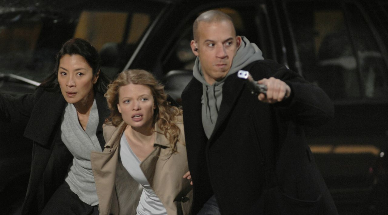 Als der eiskalte Söldner Toorop (Vin Diesel, r.) erfährt, dass Schwester Rebeccas (Michelle Yeoh, l.) Zögling Aurora (Mélanie Thierry, M.)  in N... - Bildquelle: 2008 BABYLON A.D SAS / BABYLON FILMS LIMITED / STUDIOCANAL / M6 FILMS