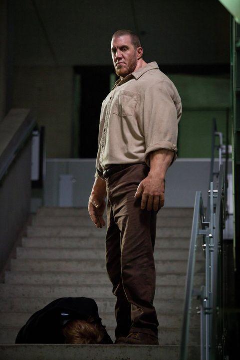 Eigentlich wurde der Golem (John DeSantis) erschaffen, um zu schützen ... - Bildquelle: Warner Bros. Television