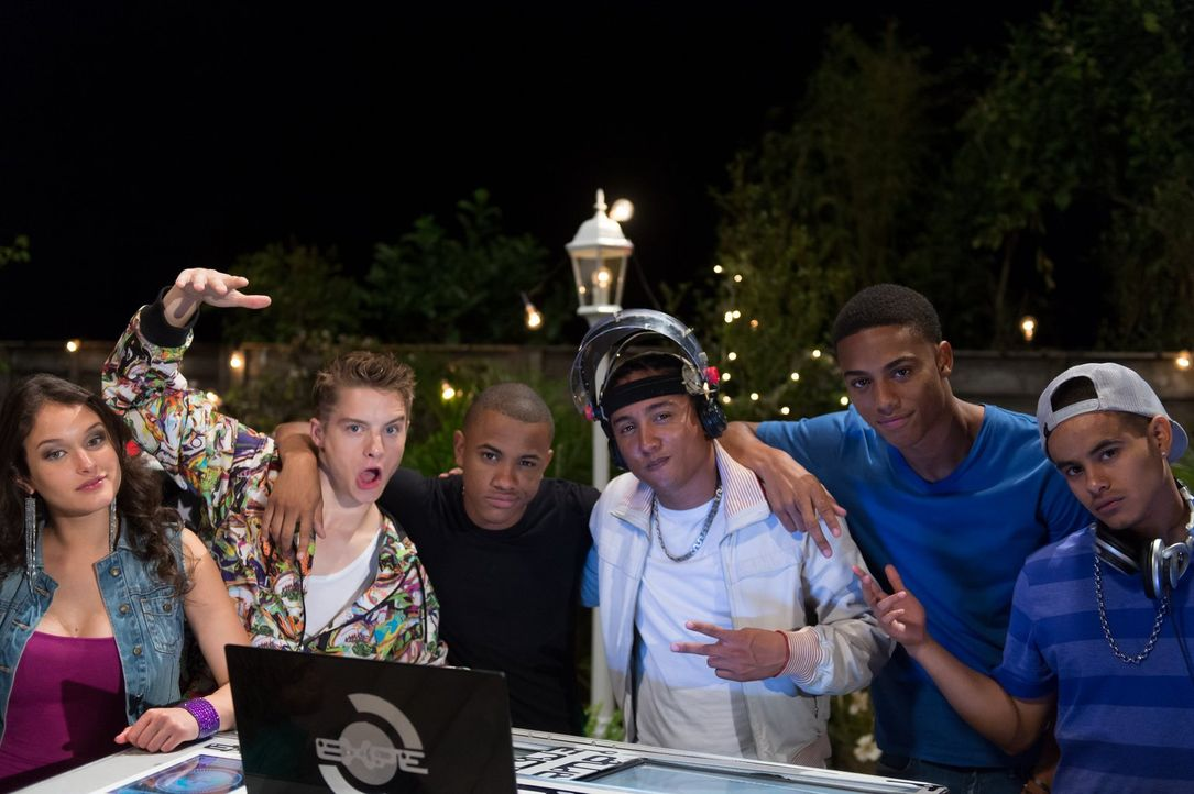 "Starten eine ""Houseparty"", die total aus dem Ruder läuft: (v.l.n.r.) Autumn (Tristin Mays), Dylan (Zac Goodspeed), Chris (Tequan Richmond), DJ Hardc... - Bildquelle: Warner Brothers"