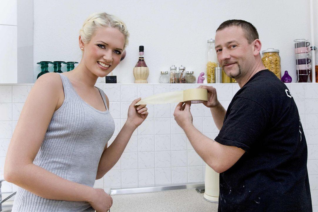 Model Sarah Knappik (l.) will in ihrer ersten eigenen Wohnung die Einbauküche pimpen. Bei der Umsetzung bekommt sie Unterstützung von Super-Heimwe... - Bildquelle: kabel eins