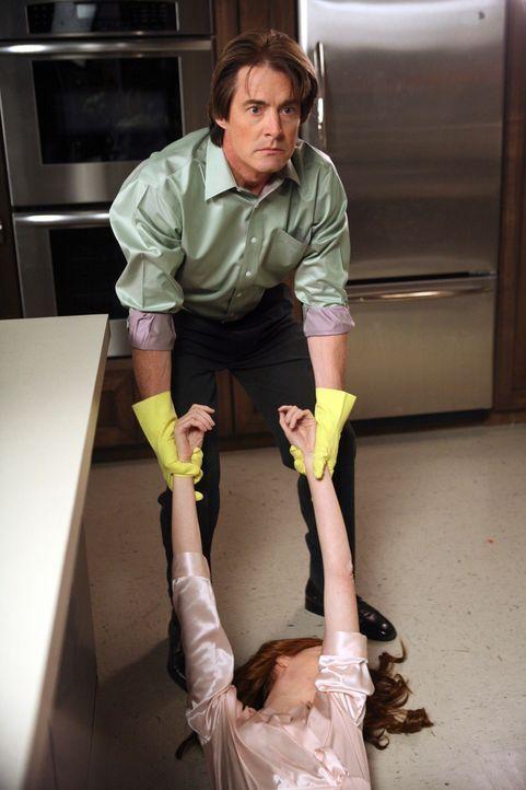 Rückblick: Orson (Kyle MacLachlan, hinten) will seiner Mutter helfen, die Leiche von Monique (Kathleen York, liegend) zu entsorgen … - Bildquelle: 2005 Touchstone Television  All Rights Reserved