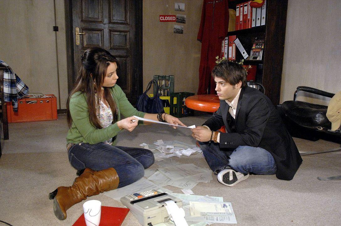 Maik (Sebastian König, r.) bittet Paloma (Maja Maneiro, l.), ihm in seinem Buchhaltungs-Durcheinander zu helfen. Dabei fallen ihr einige Ungereimthe... - Bildquelle: Claudius Pflug Sat.1