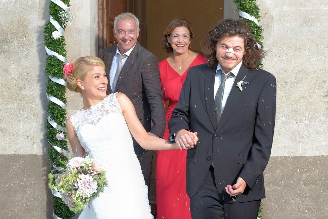 Die HochzeitsVerplaner: Claudia (Rebecca Immanuel, 2.v.r.), Herbert (Christoph M. Ohrt, 2.v.l.), Jade (Lea Ruckpaul, l.) und Oliver (Tilman Pörzgen,... - Bildquelle: Jacqueline Krause-Burberg SAT.1