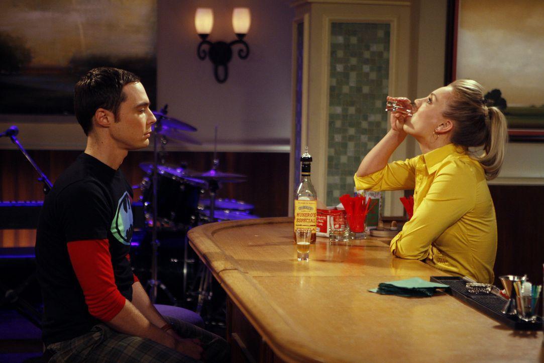 Nachdem Sheldon (Jim Parsons, l.) bei der Befragung zu Howards Vertrauenswürdigkeit einen fatalen Fehler begangen hat, holt er sich Rat bei Penny (K... - Bildquelle: Warner Bros. Television