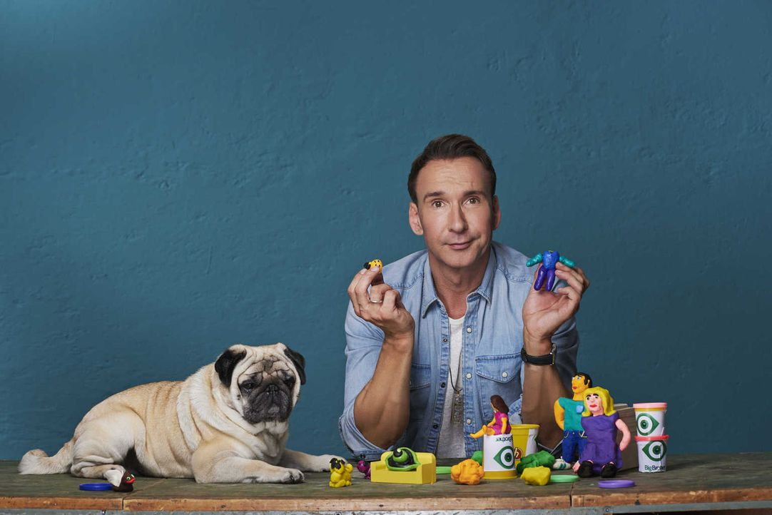 Moderator Jochen Bendel und sein Hund Gizmo sind gespannt darauf, welche Aufgaben Big Brother den Bewohnern auftragen wird ... - Bildquelle: Martin Saumweber sixx