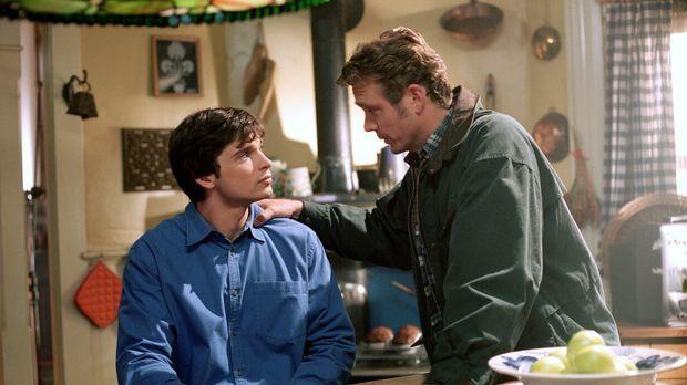 Clark (Tom Welling, l.) weiß, dass er sich immer auf seinen Vater Jonathan (J...