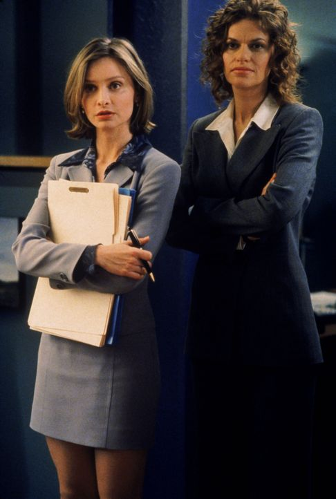 Ally (Calista Flockhart, l.) ist überrascht als Anwältin Caroline (Sandra Bernhard, r.) in der Kanzlei auftaucht ... - Bildquelle: Twentieth Century Fox Film Corporation. All rights reserved.