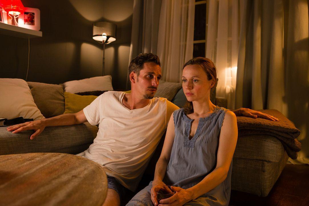 Emma (Nadja Becker, r.) ist Standesbeamtin, doch in ihrer eigenen Ehe mit Thomas (Max von Thun, l.) läuft es nach zehn Jahren alles andere als rund.... - Bildquelle: Arvid Uhlig SAT.1