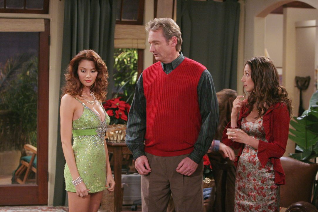 Eigentlich möchte Charlie den Weihnachtsabend ungestört mit seiner neuen Freundin Gloria im Bett verbringen - doch dann kommen plötzlich Kandi (Apri... - Bildquelle: Warner Brothers Entertainment Inc.