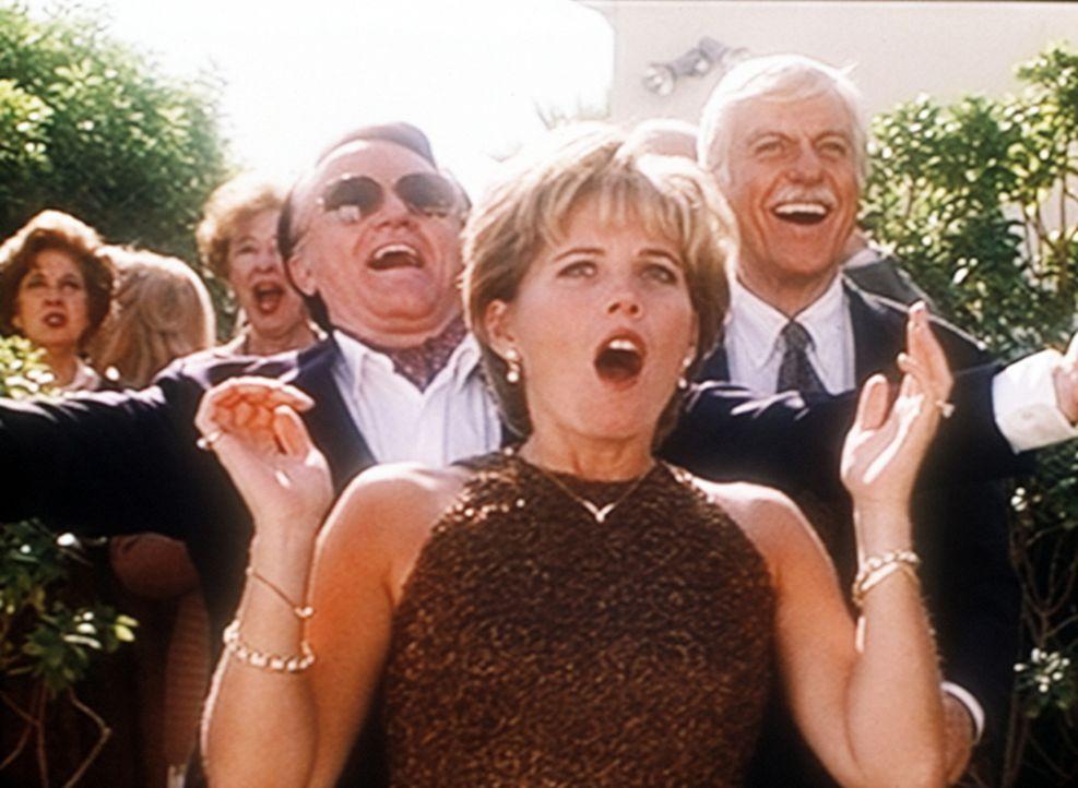 Mark (Dick Van Dyke, r.) feiert mit Bill Stratton (Robert Vaughn, l.) und seiner Frau Jennifer (Kate McNeil, M.) deren ersten Hochzeitstag. - Bildquelle: Viacom