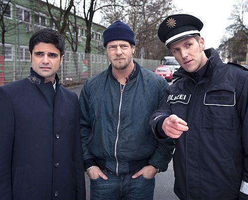 Was sollen wir bei einem Verkehrsunfall? Zunächst verstehen Mick (Henning Baum, M.) und Andreas (Maximilian Grill, l.) nicht, warum sie die Kollege... - Bildquelle: Martin Rottenkolber - Sat1