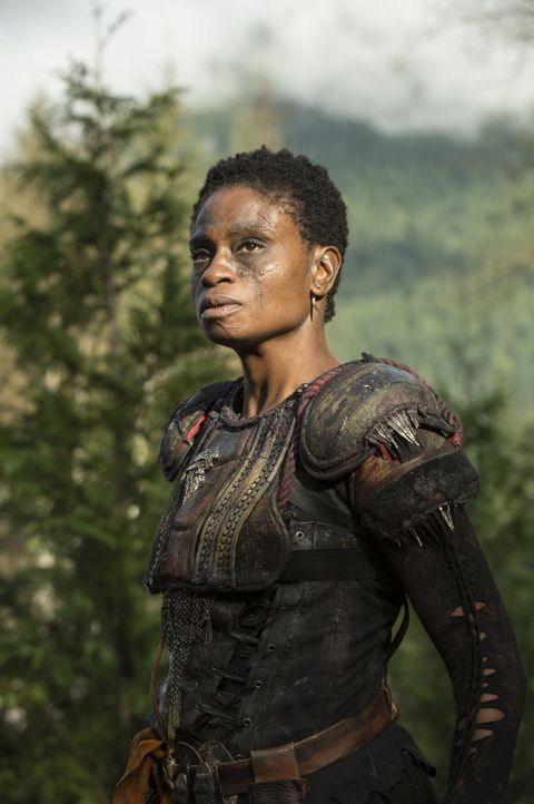 """Während Indra (Adina Porter) sich mit den Vorgehensweisen von Clarke und ihren Leuten abfinden muss, bekommt Bellamy in """"Mount Weather"""" Hilfe. Doch... - Bildquelle: 2014 Warner Brothers"""