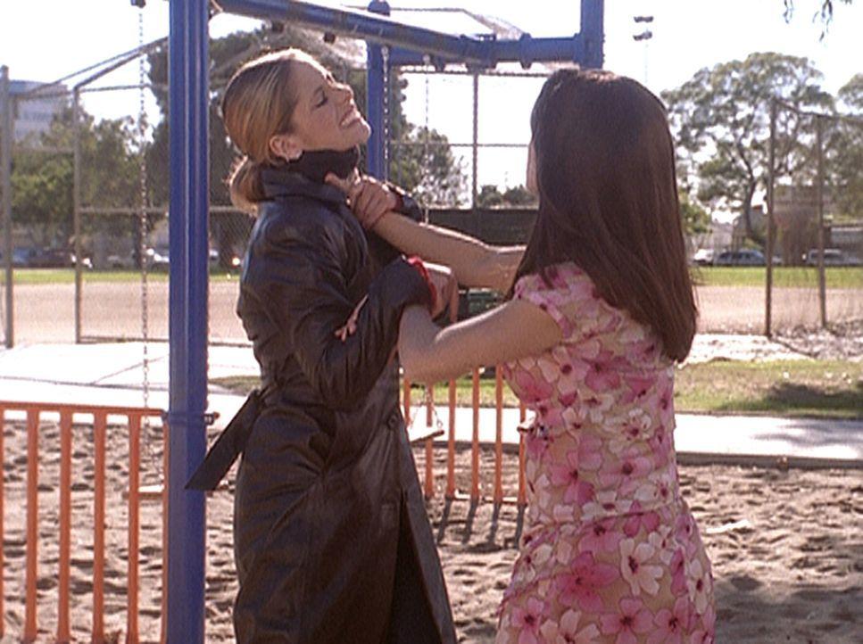 Buffy (Sarah Michelle Gellar, l.) gerät in Bedrängnis, denn April (Shonda Farr, r.) ist ein Roboter und viel stärker als sie. - Bildquelle: TM +   2000 Twentieth Century Fox Film Corporation. All Rights Reserved.