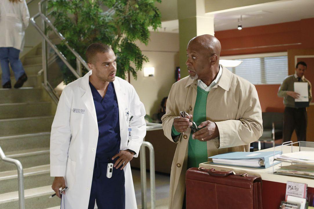 Jackson (Jesse Williams, l.) tritt an Webber (James Pickens, Jr., r.) heran, da er eine Mail von ihm bekommen hat, die offensichtlich für seine Mut... - Bildquelle: ABC Studios