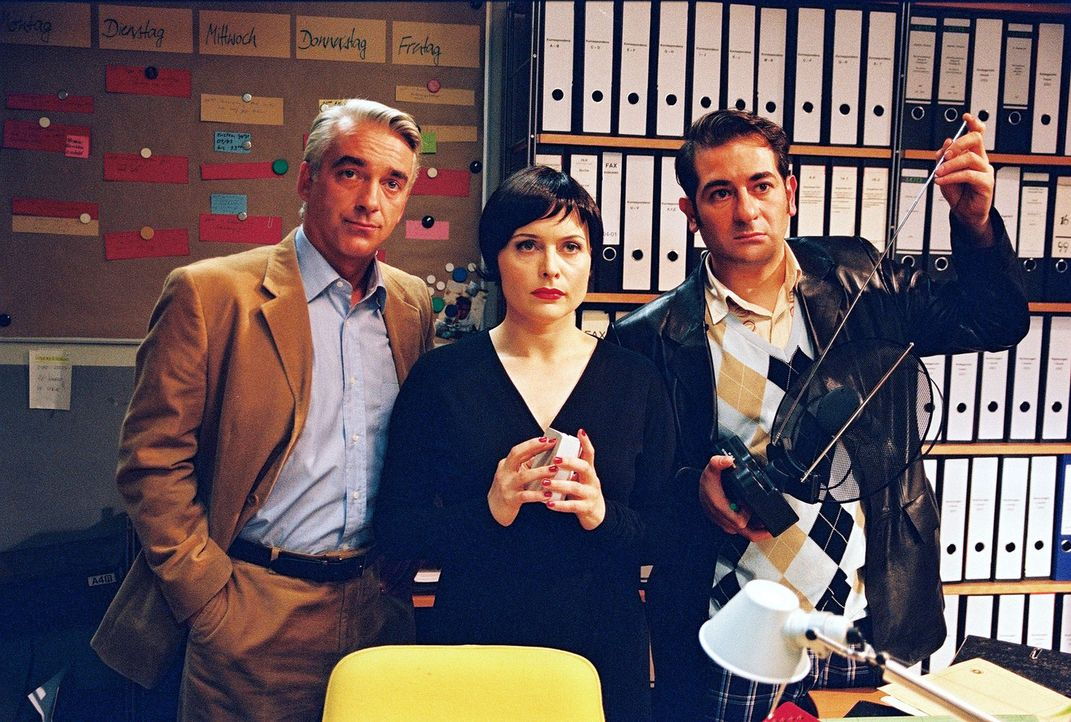 """Sandra stellt die """"Detektive"""" (v.l.n.r.: Christoph M. Ohrt, Isabel Tuengerthal, Hasan Ali Mete) zur Rede ... - Bildquelle: Hardy Spitz Sat.1"""