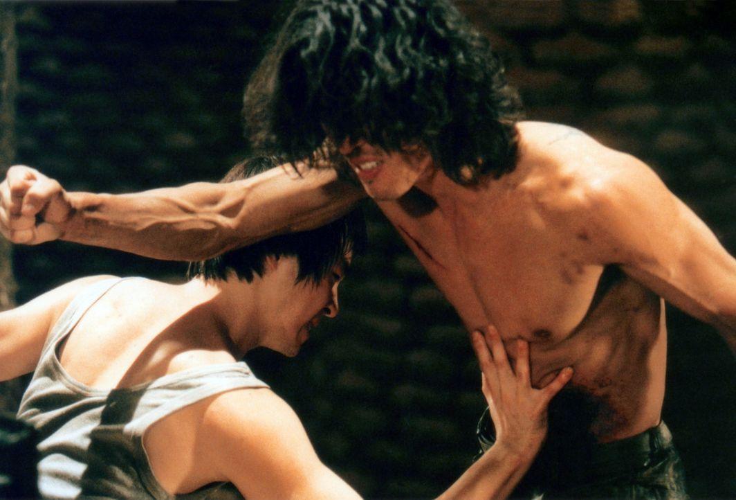 Sang-hwan (Seung-beom Ryu, l.) muss durch eine harte Schule gehen, ehe er die Welt retten darf ... - Bildquelle: Splendid