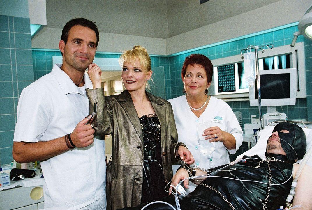 Matthes (Steffen Bielig, l.) und Klara (Walfriede Schmitt, 2.v.r.) amüsieren sich über den Besuch des Patienten Hans Bollmann (Jean-Paul Raths, r.)... - Bildquelle: Monika Schürle Sat.1
