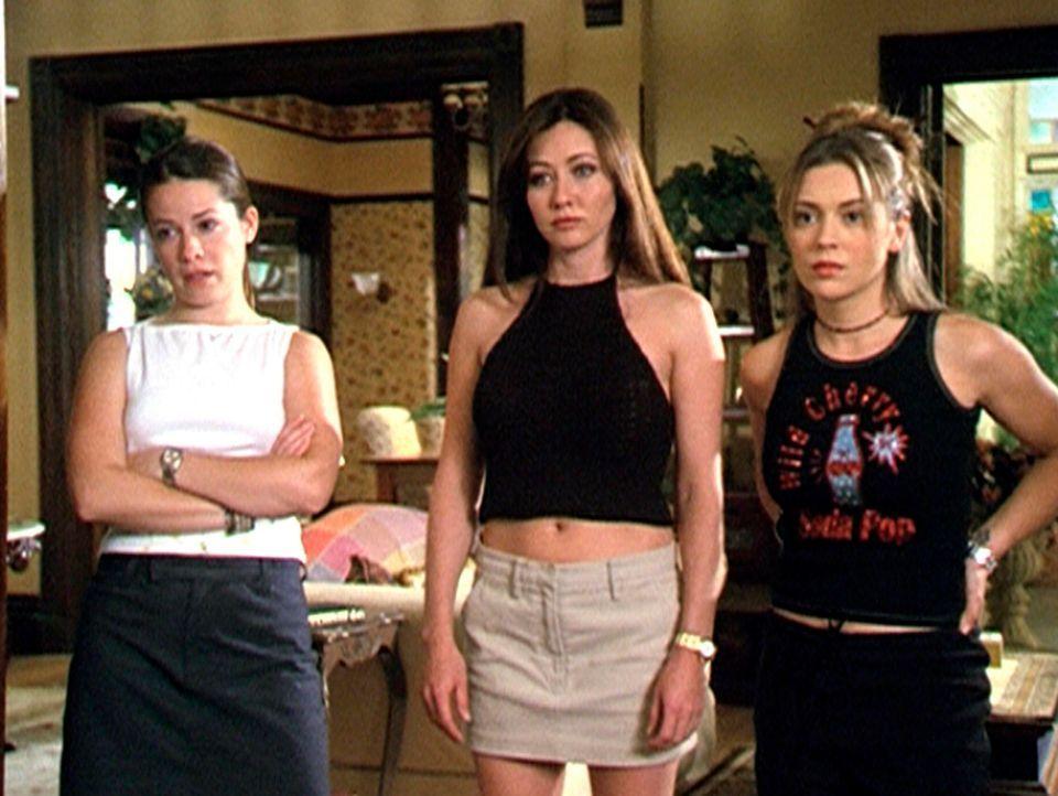 Piper (Holly Marie Combs, l.), Prue (Shannon Doherty, M.) und Phoebe (Alyssa Milano, r.) werden wiederholt von einem bösartigen Warlock angegriffen. - Bildquelle: Paramount Pictures