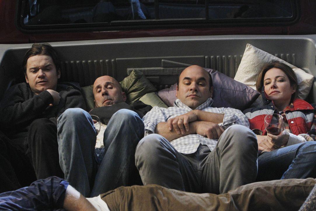 Sind von Jules Spiel genervt: Travis (Dan Byrd, l.), Tom (Robert Clendenin, 2.v.l.), Andy (Ian Gomez, 2.v.r.) und Ellie (Christa Miller, r.) ... - Bildquelle: 2010 ABC INC.