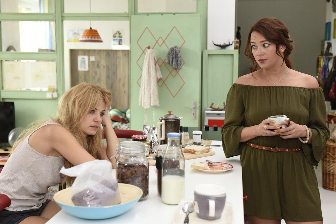 Mila (Susan Sideropoulos, l.) ist frustriert, weil sie wieder aufs Dating-Karussell muss und alles nur wegen Nick! Sally (Laura Osswald, r.) versuch... - Bildquelle: Christoph Assmann SAT.1