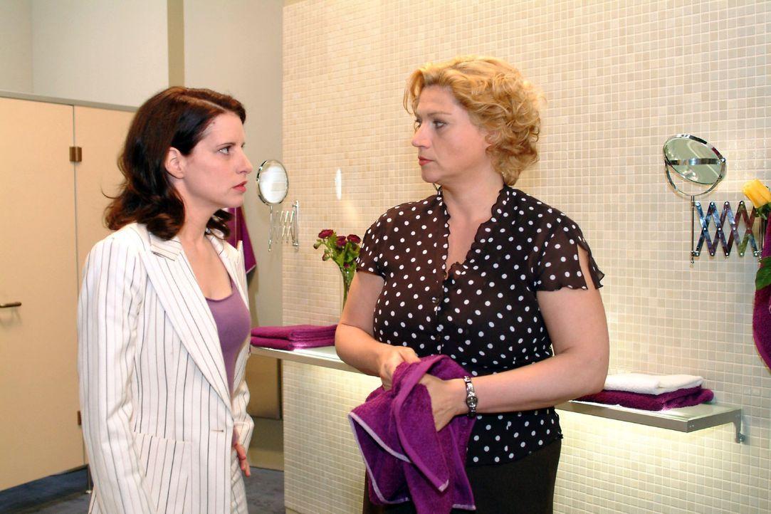 Agnes (Susanne Szell, r.) stellt Inka (Stefanie Höner, l.) zur Rede und wirft ihr vor, dass sie sich ohne Probleme hinter Richard stellt. Doch Inka... - Bildquelle: Sat.1