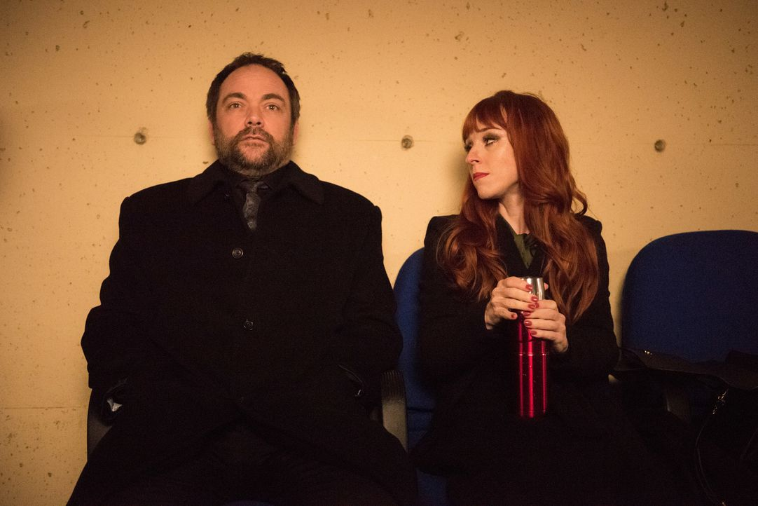 Crowley (Mark Sheppard, l.); Rowena (Ruth Connell, r.) - Bildquelle: Dean Buscher 2016 The CW Network, LLC. All Rights Reserved/Dean Buscher