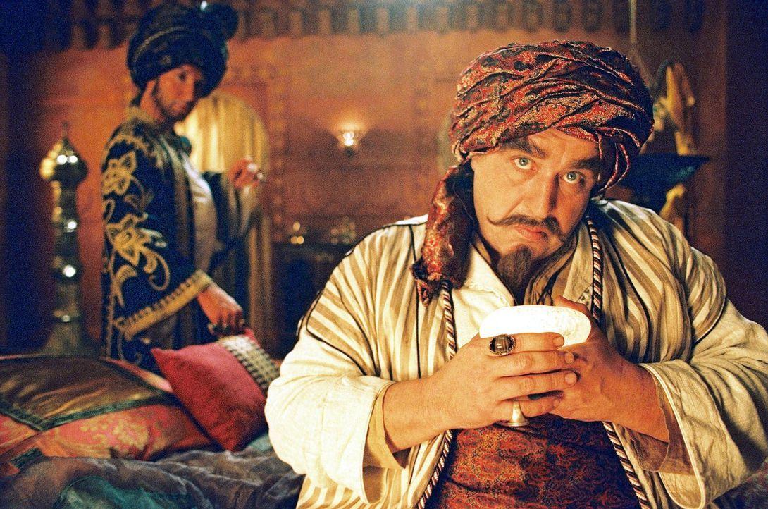 Tabatah sollte von ihrem Onkel Assis (Oliver Nägele, r.) mit dem Prinz von Bagdad (Jochen Bendel, l.) verheiratet werden. - Bildquelle: Jörg Klaus Sat.1