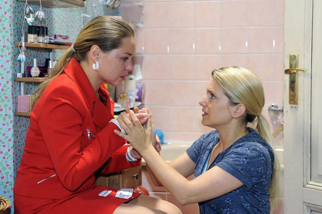Es gelingt Anna (Jeanette Biedermann, r.), Katjas (Karolina Lodyga, l.) Abtreibungsversuch zu verhindern. - Bildquelle: Sat.1
