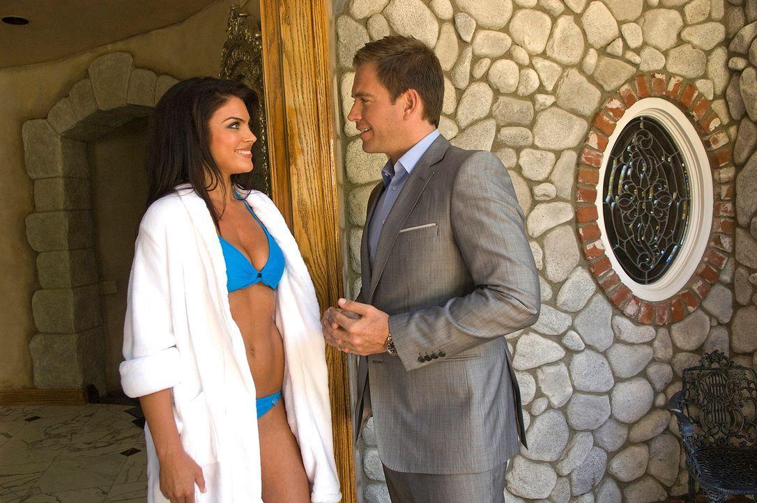 DiNozzo (Michael Weatherly, r.) ermittelt in einem neuen Fall und stößt dabei auf die äußerst attraktive Brittany (Nadia Bjorlin, l.). Doch wird sie... - Bildquelle: CBS Television
