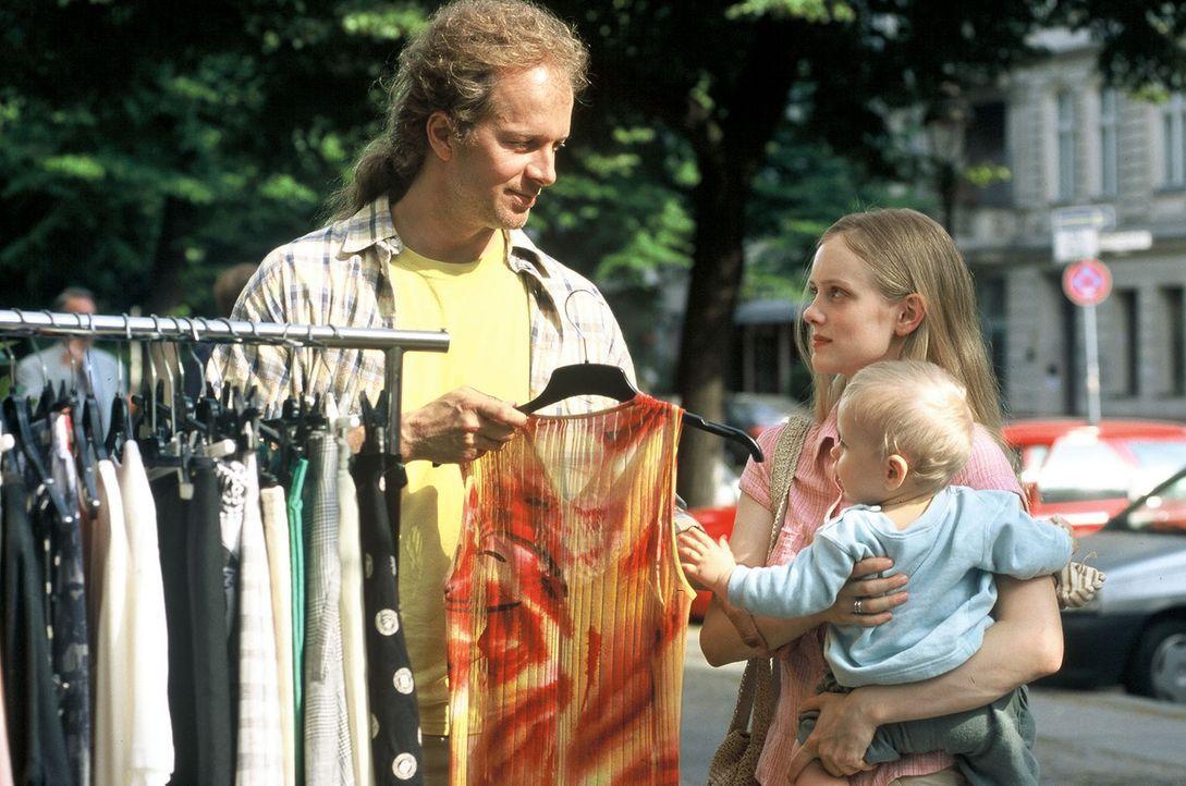 Victor (Jochen Horst, l.) arbeitet als Betreuer in einer Babyklappe. Er übernimmt für einige Tage die Pflege des kleinen Jungen Raffaels (Edwin Bell... - Bildquelle: Spitz Sat.1