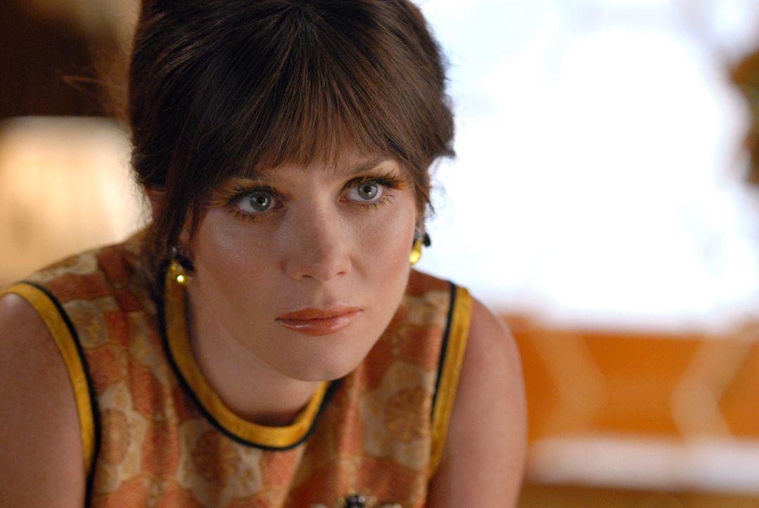 Nachdem Kentucky Fitz von einem Bieneschwarm zu Tode gestochen wurde, schleicht sich Chuck (Anna Friel) bei Betty's Bienen ein. Dort erfährt sie vo... - Bildquelle: Warner Brothers