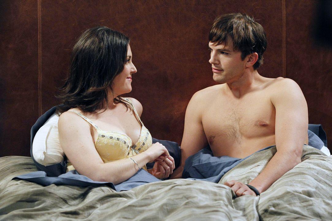 Walden (Ashton Kutcher, r.) ist mit Charlies Ex-Stalkerin Rose (Melanie Lynskey, l.) im Bett gelandet, die ihn, ohne dass er eine Ahnung davon hatte... - Bildquelle: Warner Brothers Entertainment Inc.