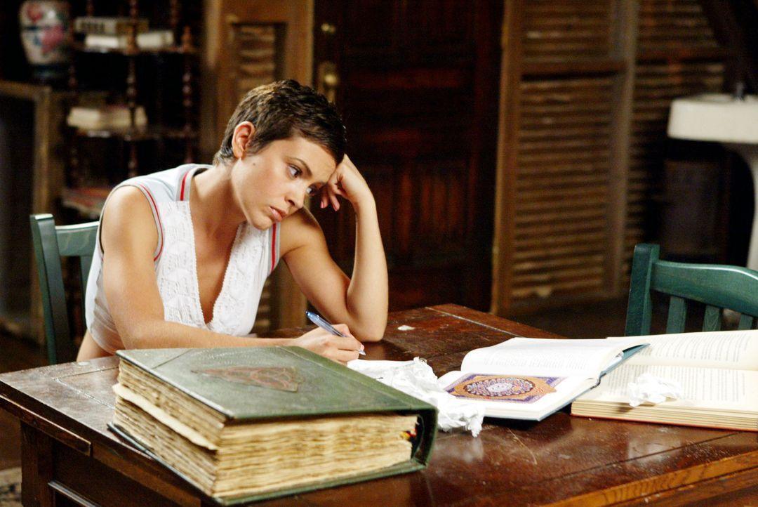 Nachdem Phoebe (Alyssa Milano) einen besonderen Trank zu sich genommen hat, weiß sie über ihre Gefühle nicht mehr Bescheid ... - Bildquelle: Paramount Pictures.