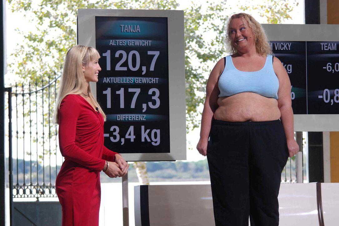 Unter der Anleitung von Dr. Christine Theiss (l.) versuchen die Kandidaten in zehn Wochen so viel Gewicht wie möglich abzunehmen. Schon nach den er... - Bildquelle: Enrique Cano SAT.1