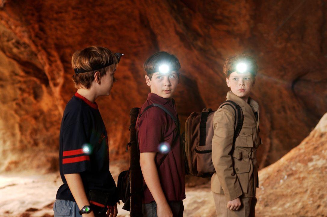 Die drei Fragezeichen Justus (Chancellor Miller, M.), Peter (Nick Price, l.) und Bob (Cameron Monaghan, r.) machen sich sofort daran, das Geheimnis... - Bildquelle: Buena Vista Pictures