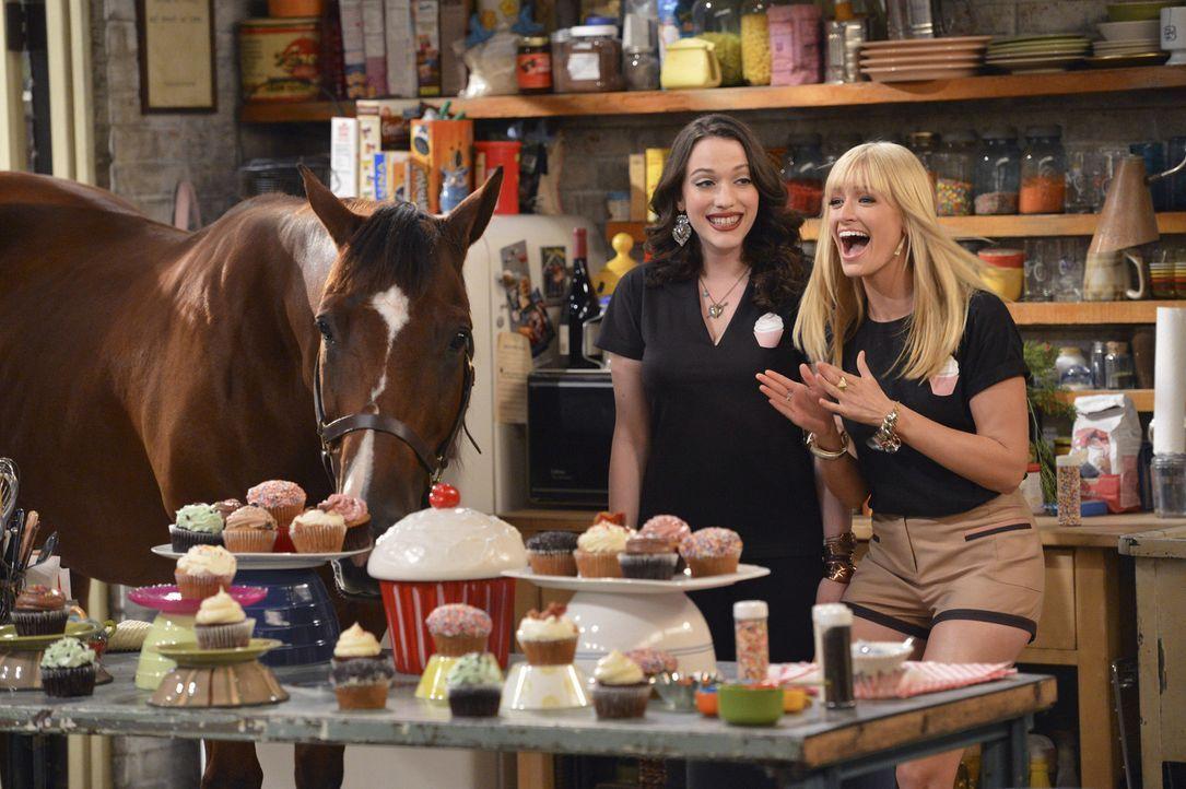 Als Team haben Caroline (Beth Behrs, r.) und Max (Kat Dennings, l.) es geschafft zu überzeugen. Sogar Chestnut ist begeistert ... - Bildquelle: Warner Brothers