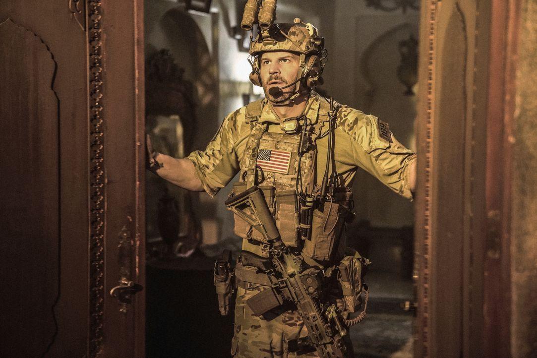 Das SEAL Team stürmt unter Leitung von Jason Hayes (David Boreanaz) das Haus einer jemenitischen Familie, um das Handy eines Terrorverdächtigen aufz... - Bildquelle: Erik Voake Erik Voake/CBS  2017 CBS Broadcasting, Inc. All Rights Reserved