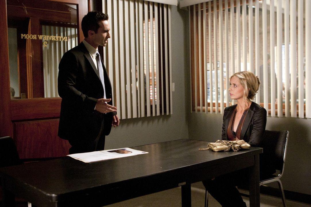 Kann Bridget (Sarah Michelle Gellar, r.) Detective Victor Machado (Nestor Carbonell, l.) glaubhaft vermitteln, nichts mit Gemmas Verschwinden zu tun... - Bildquelle: 2011 THE CW NETWORK, LLC. ALL RIGHTS RESERVED