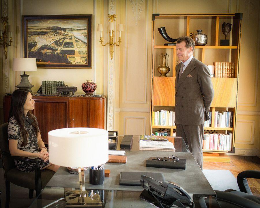 Während sich Watson (Lucy Liu, l.) um eine Partnerschaft mit dem FBI bemüht, will Morland (John Noble, r.) seinen Einfluss nutzen, um Sherlock und J... - Bildquelle: Tom Concordia 2015 CBS Broadcasting, Inc. All Rights Reserved